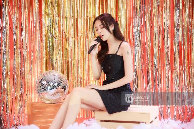 Clip độc quyền: Phí Phương Anh hát live lần đầu tiên kể từ khi làm ca sĩ, rất là xinh luôn nhưng giọng hát thế nào? - Ảnh 5.