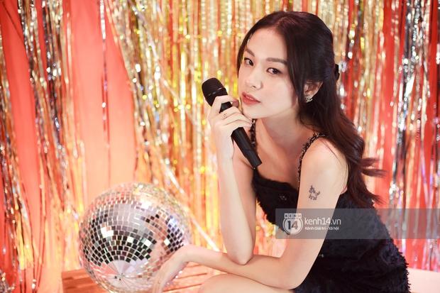 Clip độc quyền: Phí Phương Anh hát live lần đầu tiên kể từ khi làm ca sĩ, rất là xinh luôn nhưng giọng hát thế nào? - Ảnh 3.