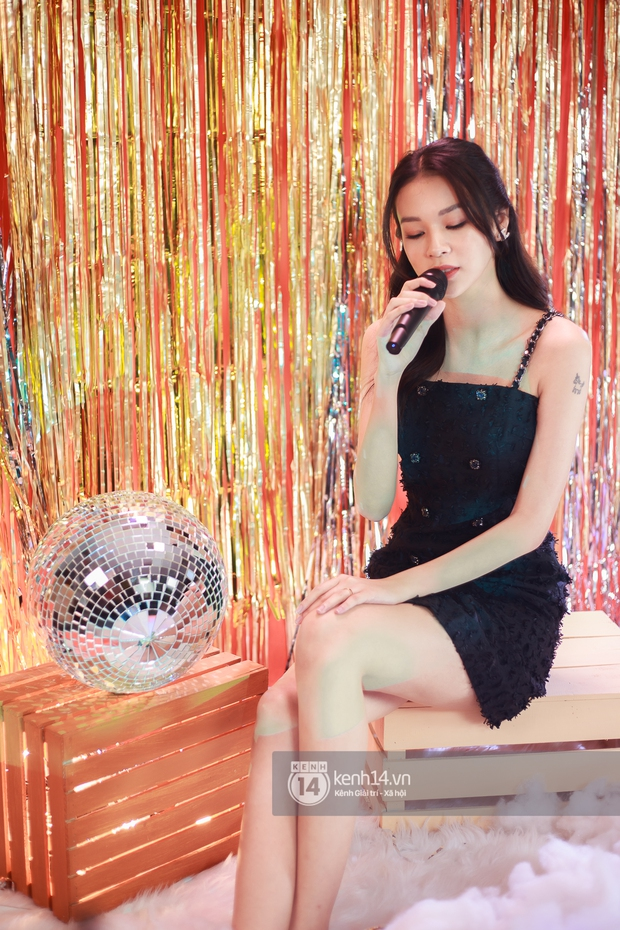 Clip độc quyền: Phí Phương Anh hát live lần đầu tiên kể từ khi làm ca sĩ, rất là xinh luôn nhưng giọng hát thế nào? - Ảnh 2.