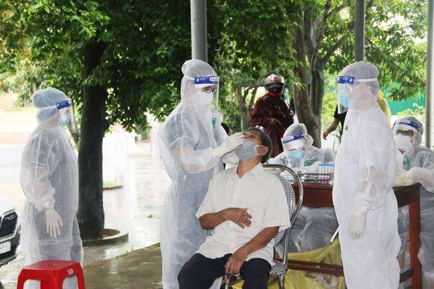 Hà Tĩnh tổ chức test nhanh kháng nguyên, sàng lọc virus SARS-CoV-2 cho người dân - Ảnh 1.