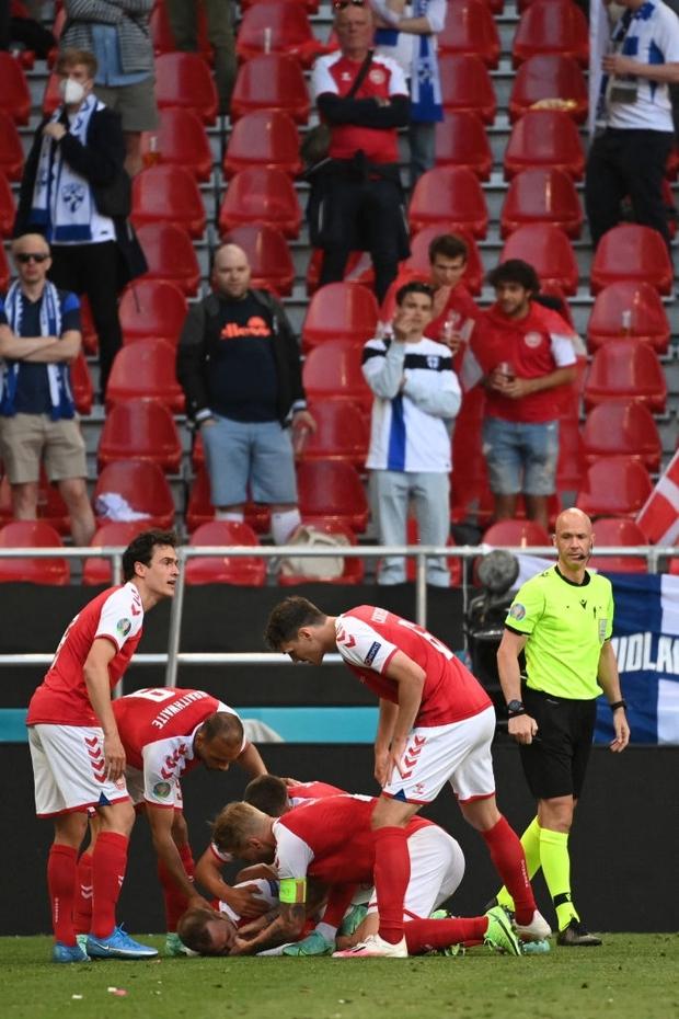 Sốc: Ngôi sao tuyển Đan Mạch đột quỵ ngay trên sân đấu Euro, cả khán đài chết lặng, chìm trong nước mắt - Ảnh 2.