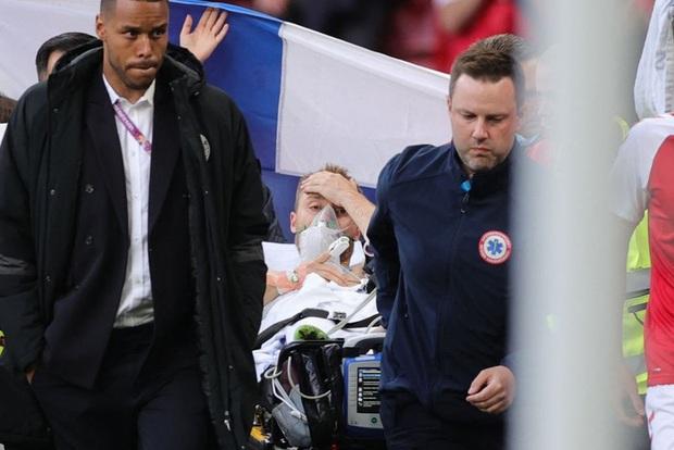Hình ảnh cả thế giới ngóng chờ: Eriksen đã tỉnh lại trên đường đến bệnh viện - Ảnh 1.