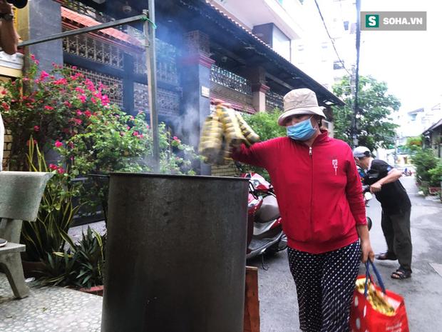 Trắng đêm nấu bánh tét tặng người dân cách ly TP.HCM đón Tết Đoan Ngọ: Góp củi từng nhà để thổi lửa chung - Ảnh 1.