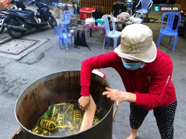 Trắng đêm nấu bánh tét tặng người dân cách ly TP.HCM đón Tết Đoan Ngọ: Góp củi từng nhà để thổi lửa chung - Ảnh 2.