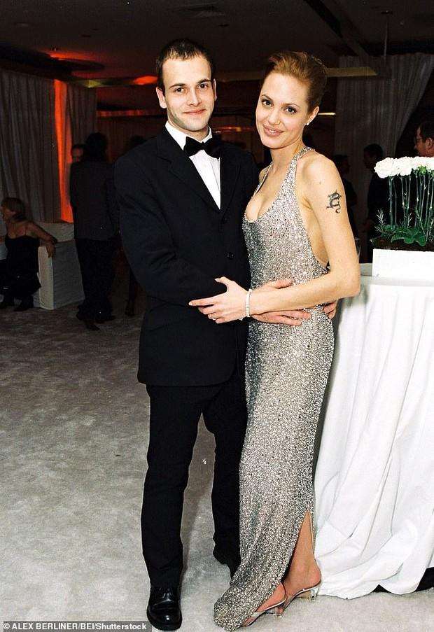 Brad Pitt dính tin đồn tái hợp Jennifer, Angelina Jolie có động thái đáng nghi ở nhà chồng cũ đầu tiên sau 20 năm? - Ảnh 4.