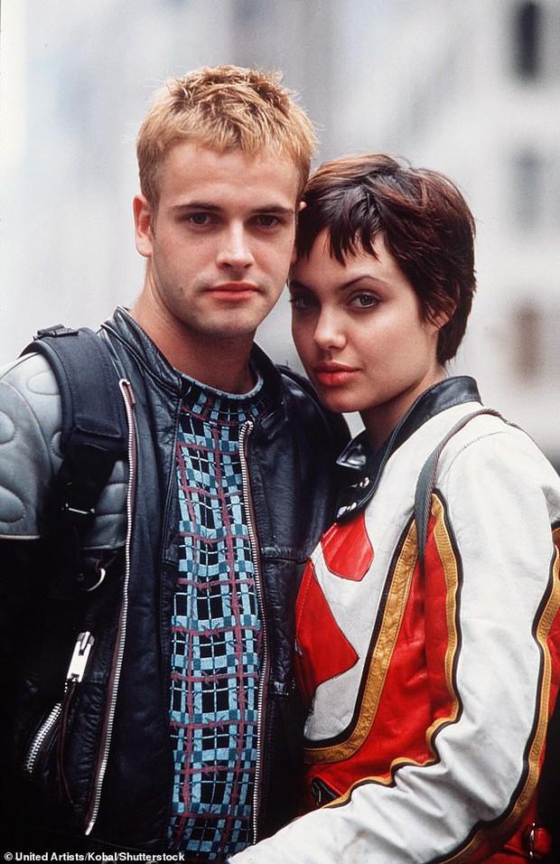 Brad Pitt dính tin đồn tái hợp Jennifer, Angelina Jolie có động thái đáng nghi ở nhà chồng cũ đầu tiên sau 20 năm? - Ảnh 5.