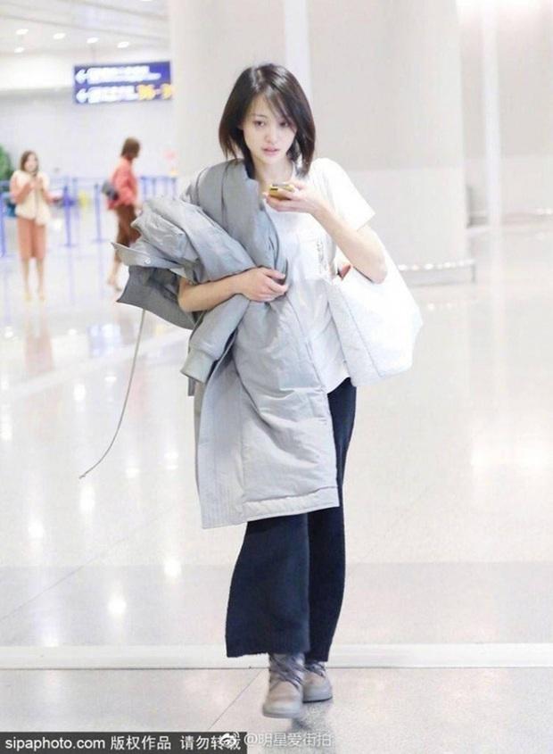 Muôn vẻ thảm hoạ thời trang sân bay của sao Cbiz: Từ xuề xoà, mặc xấu nhè nhẹ cho tới những phong cách không tả được bằng lời... - Ảnh 25.