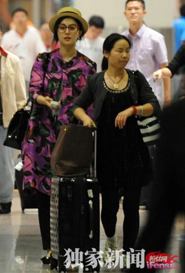 Muôn vẻ thảm hoạ thời trang sân bay của sao Cbiz: Từ xuề xoà, mặc xấu nhè nhẹ cho tới những phong cách không tả được bằng lời... - Ảnh 5.