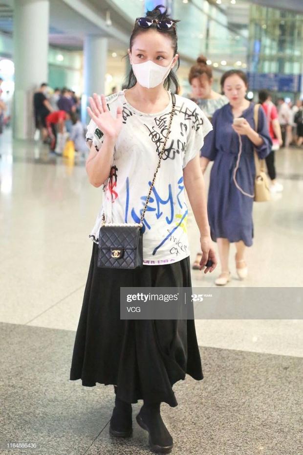 Muôn vẻ thảm hoạ thời trang sân bay của sao Cbiz: Từ xuề xoà, mặc xấu nhè nhẹ cho tới những phong cách không tả được bằng lời... - Ảnh 10.