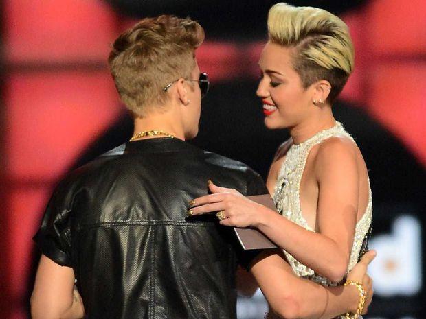 Truy tìm sinh đôi của sao Hollywood: Góa phụ đen và nữ chính Aquaman giống bất ngờ, ngã ngửa khi kéo đến Justin và Miley - Ảnh 23.