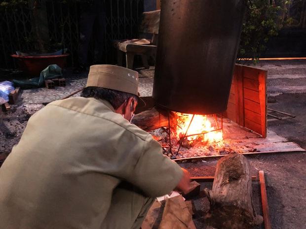 Trắng đêm nấu bánh tét tặng người dân cách ly TP.HCM đón Tết Đoan Ngọ: Góp củi từng nhà để thổi lửa chung - Ảnh 3.