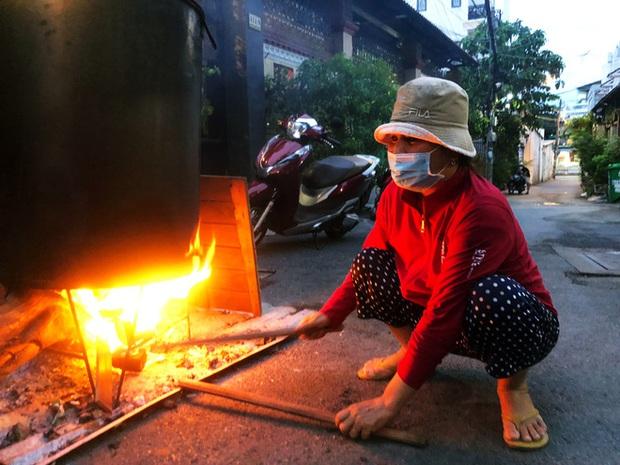 Trắng đêm nấu bánh tét tặng người dân cách ly TP.HCM đón Tết Đoan Ngọ: Góp củi từng nhà để thổi lửa chung - Ảnh 4.