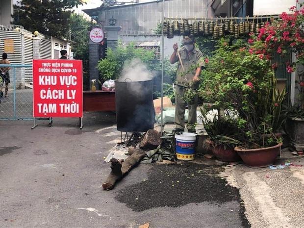 Trắng đêm nấu bánh tét tặng người dân cách ly TP.HCM đón Tết Đoan Ngọ: Góp củi từng nhà để thổi lửa chung - Ảnh 5.
