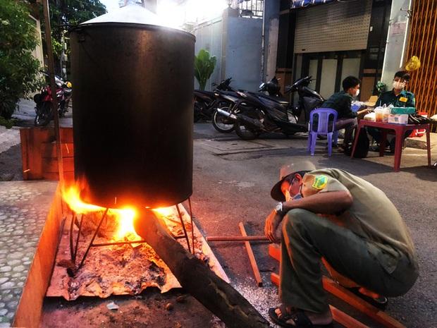 Trắng đêm nấu bánh tét tặng người dân cách ly TP.HCM đón Tết Đoan Ngọ: Góp củi từng nhà để thổi lửa chung - Ảnh 6.