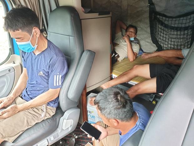 5 người ở TP.HCM thuê xe container, trốn trong cabin để tránh chốt kiểm dịch Covid-19 - Ảnh 1.