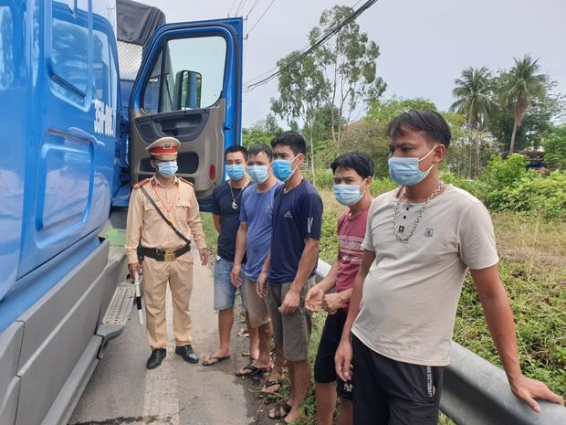 5 người ở TP.HCM thuê xe container, trốn trong cabin để tránh chốt kiểm dịch Covid-19 - Ảnh 2.