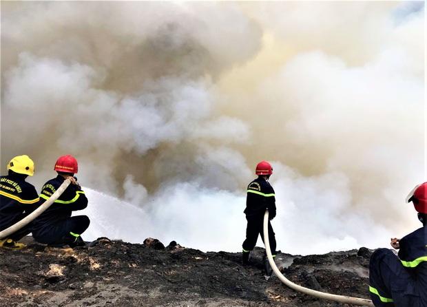 Cháy đỏ rực tại bãi rác lớn nhất Đà Nẵng, cột khói khổng lồ khiến nhiều người hoảng sợ - Ảnh 4.