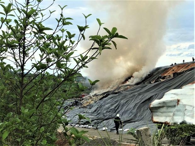 Cháy đỏ rực tại bãi rác lớn nhất Đà Nẵng, cột khói khổng lồ khiến nhiều người hoảng sợ - Ảnh 7.