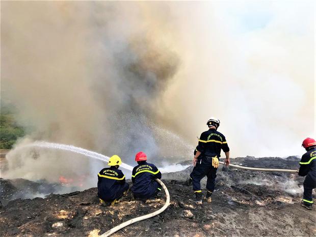 Cháy đỏ rực tại bãi rác lớn nhất Đà Nẵng, cột khói khổng lồ khiến nhiều người hoảng sợ - Ảnh 6.