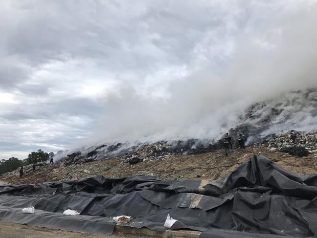 Cháy đỏ rực tại bãi rác lớn nhất Đà Nẵng, cột khói khổng lồ khiến nhiều người hoảng sợ - Ảnh 2.