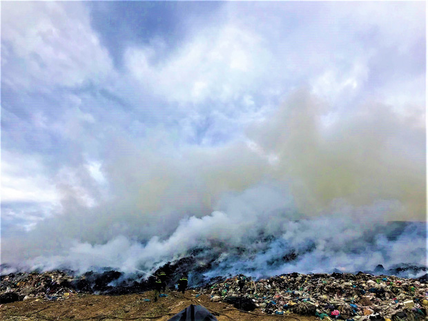 Cháy đỏ rực tại bãi rác lớn nhất Đà Nẵng, cột khói khổng lồ khiến nhiều người hoảng sợ - Ảnh 3.