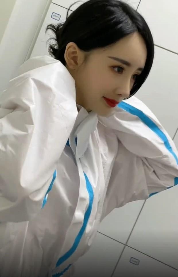 Nở rộ trào lưu phẫu thuật thẩm mỹ mũi và mép tóc giống Dương Mịch, dàn hotgirl xứ Trung giờ ai cũng như ai - Ảnh 8.