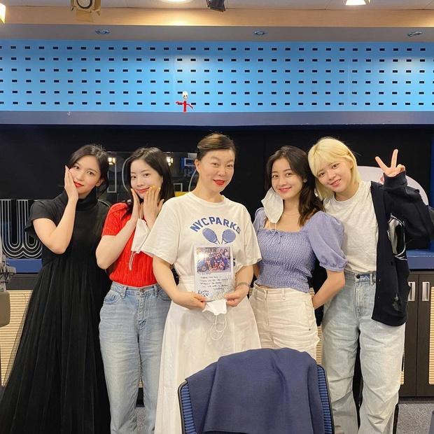 TWICE bất lực vì không thể xoá tiếng JYP ra khỏi bài mới, fan nhanh trí đá ra giùm và kết quả khác biệt! - Ảnh 2.