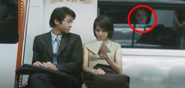 Bóng trắng ghê rợn xuất hiện ngay trên phim của Ảnh hậu Kim Mã, chấn động 19 năm rồi vẫn chưa có lời giải thích! - Ảnh 4.