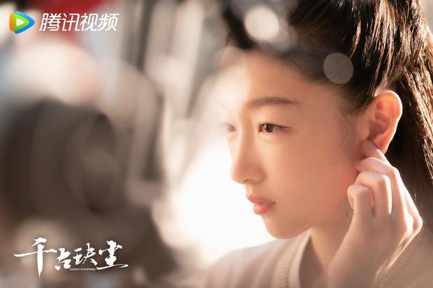 Châu Đông Vũ bị mỹ nhân đẹp nhất Diên Hi Công Lược và đối thủ Địch Lệ Nhiệt Ba chặt đẹp trong poster phim mới - Ảnh 2.