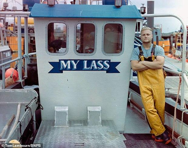 Đi biển bắt được tôm hùm xanh cực quý hiếm, ngư dân vội vàng thả đi ngay lập tức, biết được lý do ai cũng bất ngờ - Ảnh 4.
