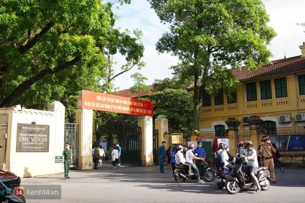 8.000 thí sinh thi vào các trường chuyên hot nhất Hà Nội: Đề siêu hay và khó - Ảnh 3.