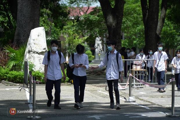8.000 thí sinh thi vào các trường chuyên hot nhất Hà Nội: Đề siêu hay và khó - Ảnh 11.