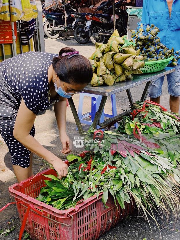 Hôm nay Tết Đoan Ngọ cả Sài Gòn đi chợ sớm: Cơm rượu - bánh tro chiếm hết spotlight, người mua kẻ bán lẹ tay vì sợ con Cô Vít - Ảnh 8.