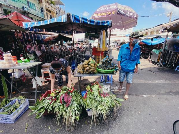 Hôm nay Tết Đoan Ngọ cả Sài Gòn đi chợ sớm: Cơm rượu - bánh tro chiếm hết spotlight, người mua kẻ bán lẹ tay vì sợ con Cô Vít - Ảnh 7.
