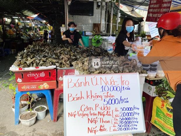 Hôm nay Tết Đoan Ngọ cả Sài Gòn đi chợ sớm: Cơm rượu - bánh tro chiếm hết spotlight, người mua kẻ bán lẹ tay vì sợ con Cô Vít - Ảnh 10.