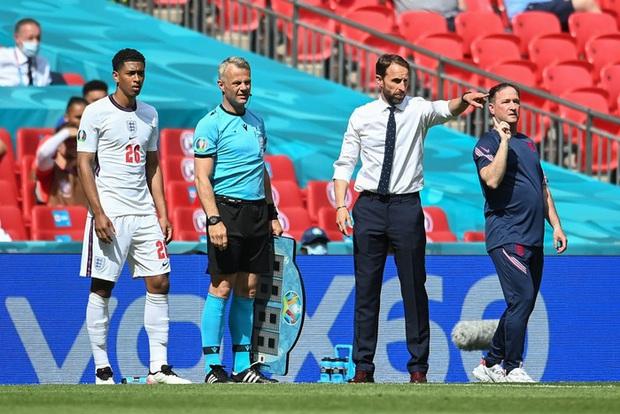 Sao 17 tuổi của ĐT Anh phá kỷ lục Cầu thủ trẻ nhất đá Euro ngay lần đầu xuất trận - Ảnh 1.