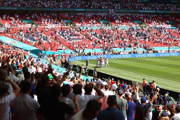 CĐV Anh gặp chấn thương nặng sau cú ngã từ trên khán đài khi xem Euro - Ảnh 1.