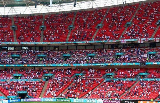 CĐV Anh gặp chấn thương nặng sau cú ngã từ trên khán đài khi xem Euro - Ảnh 2.
