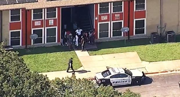 Xả súng ở thủ phủ bang Texas (Mỹ) khiến 14 người bị thương - Ảnh 2.