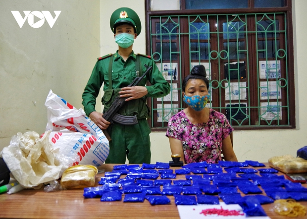 Bắt quả tang nữ quái mua bán trái phép 12.000 viên ma tuý tổng hợp ở Điện Biên - Ảnh 1.