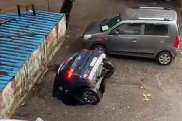 """Chiếc xe hơi đang trên đường bỗng nhiên bị """"nuốt chửng"""" xuống lòng đất khiến mọi người sợ hãi trước nguy cơ tiềm ẩn quen thuộc - Ảnh 2."""