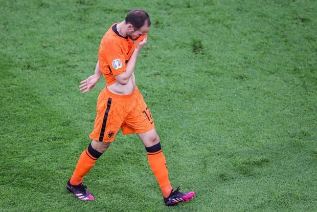 Đồng cảm với Eriksen, tuyển thủ Hà Lan từng 2 lần bị ngừng tim bưng mặt khóc nức nở khi thi đấu tại Euro  - Ảnh 2.
