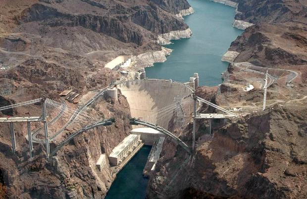 Hạn hán nghiêm trọng, mực nước ở hồ chứa lớn nhất nước Mỹ giảm xuống mức thấp lịch sử - Ảnh 1.