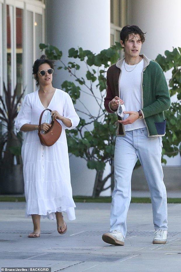2 sắc thái của cặp đôi Shawn - Camila: Chàng bảnh khỏi chê, nhìn sang nàng phát hoảng vì body làm rộ lên nghi vấn mang thai - Ảnh 2.