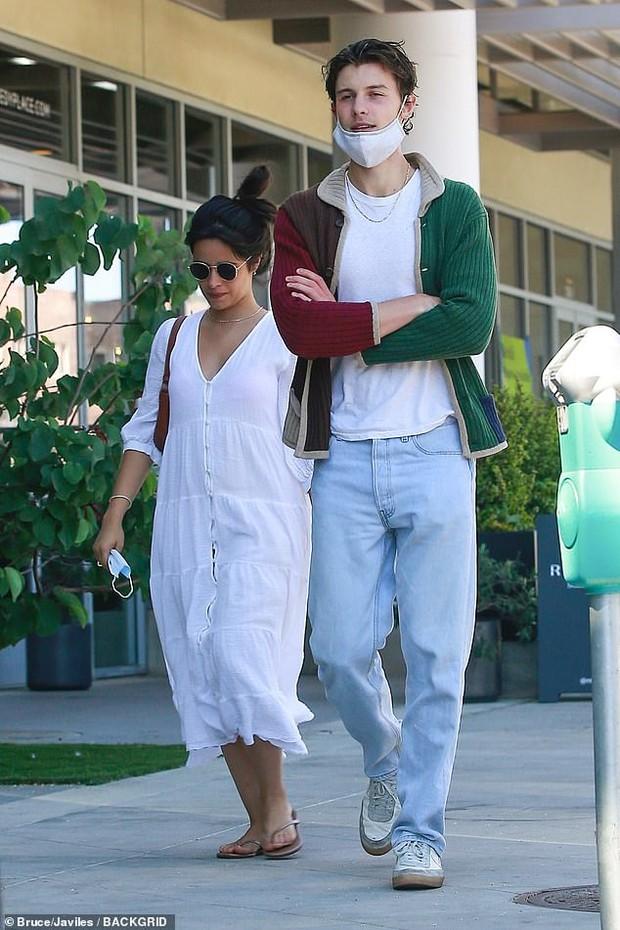 2 sắc thái của cặp đôi Shawn - Camila: Chàng bảnh khỏi chê, nhìn sang nàng phát hoảng vì body làm rộ lên nghi vấn mang thai - Ảnh 3.