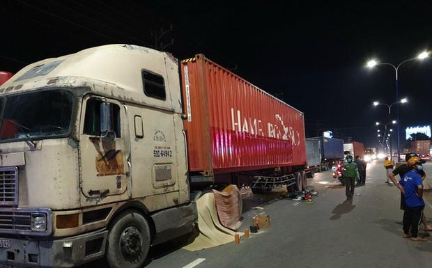 Tai nạn thương tâm giữa container và xe đạp điện, 2 mẹ con chết thảm - Ảnh 1.
