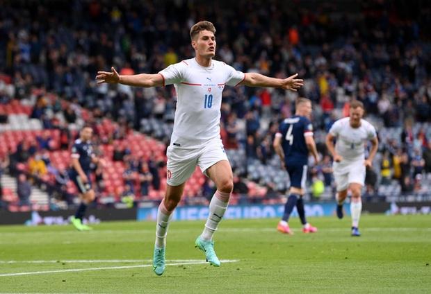 Bàn thắng từ giữa sân giúp CH Czech nhấn chìm tuyển Scotland ở bảng D Euro 2020 - Ảnh 2.