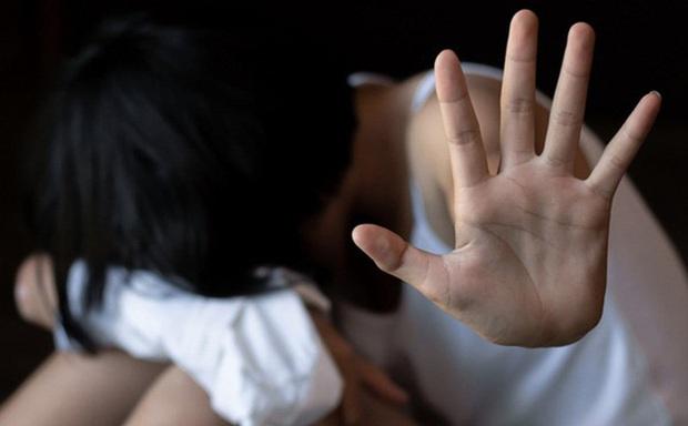 Quen biết nhau trên mạng, bé gái 13 tuổi bị gã bạn trai dùng clip nhạy cảm ép quan hệ tình dục suốt thời gian dài - Ảnh 1.