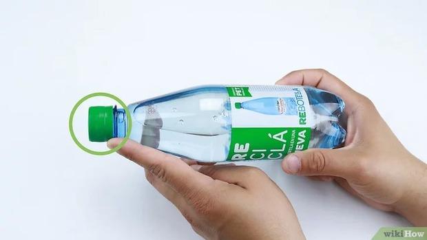 8 người không mở nổi chai nước và đây là cách xử lý khiến ai cũng bật cười: không dùng sức thì mình dùng trí khôn - Ảnh 3.