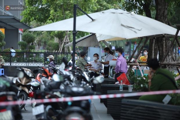 Ảnh, clip: Phong tỏa tạm thời tòa Landmark 3 ở quận Bình Thạnh, cách ly gần 2.000 người - Ảnh 13.